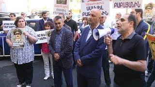 Մի խումբ ցուցարարներ պահանջում են ազատ արձակել Սամվել Բաբայանին, բոլոր «քաղբանտարկյալներին»