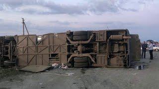 В Ставрополье выясняют причины страшной аварии с участием рейсового автобуса и фуры.