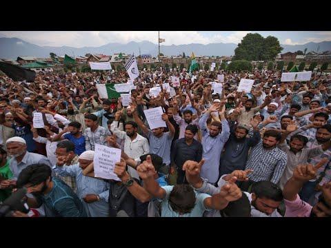 كشمير: صدامات بين الشرطة ومئات المتظاهرين وعمران خان يتصل بترامب  - 10:54-2019 / 8 / 19