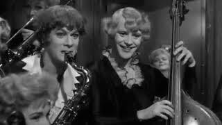 Фрагмент в поезде «В джазе только девушки»  Мерлин Монро играет на Укулеле