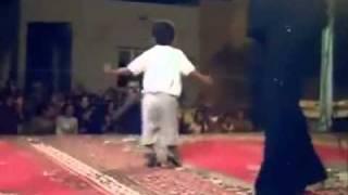 طفل صغير يرقص رقص مضحك