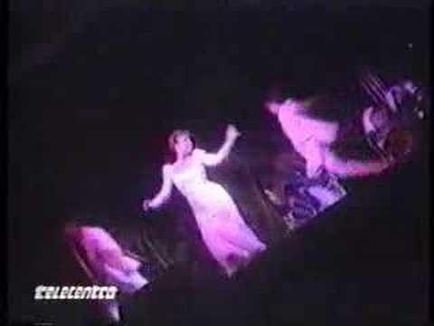 Angelica Maria cantando