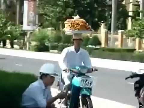 Đi xe máy với mâm bánh trên đầu   VnExpress
