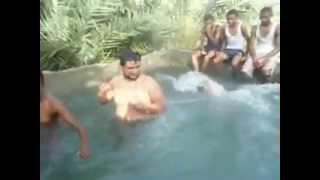 رجل سمين يقفز في المسبح.. مضحك