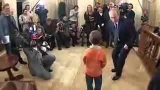 Путин убивает собаку мячом)