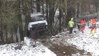[Aufwendige Bergungsarbeiten] LKW steckt nach 50 Meter Absturz im Wald fest