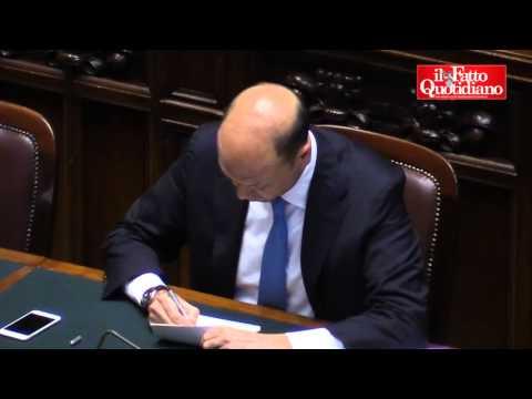 """M5S elenca ad Alfano """"i suoi fallimenti"""". Lui ostenta indifferenza e si dedica ad altro"""