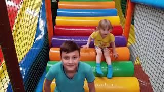 ملعب داخلي للأطفال متعة الأسرة وتعلم الألوان مع إذا أغنية سعيدة للأطفال