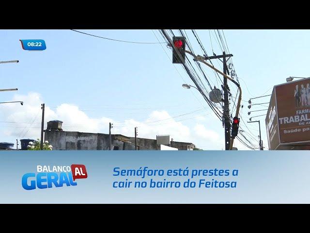 Semáforo está prestes a cair no bairro do Feitosa