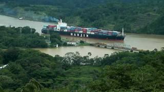 Panama Canal - Train and Ship Crossing / Canal de Panama - Cruce de Barco y Tren