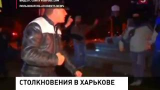 Жители Харькова несут цветы к постаменту памятника Ленину
