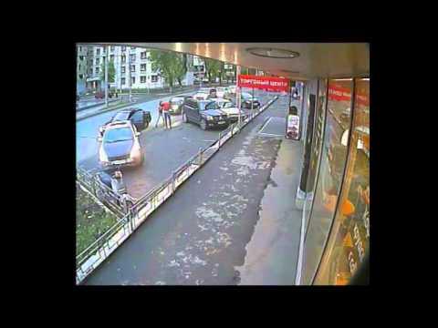 Видео: Женщина избивает водителя, в машину которого врезалась - Видео с камеры наблюдения