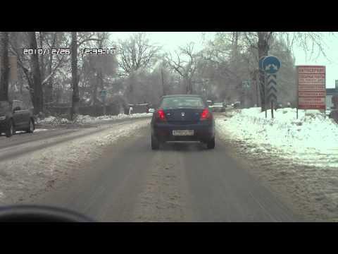 падение ветки на дорогу.avi
