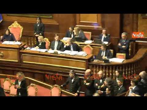 Bagarre al Senato per il decreto Genova, Casellati sospende la seduta