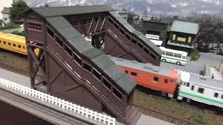 鉄道模型(N)跨線橋のある昭和の町並みを走る道南いさりび鉄道 キハ40 1700形ディーゼルカー(3両編成)