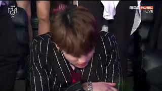 لحظة إعلان فوز  بي تي اس بجائزة افضل فرقة في حفل MGA