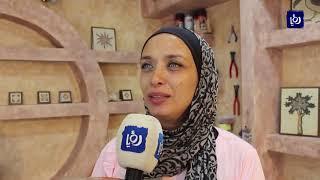 فنانة أردنية تستخدم حجارة الزلط في لوحات فسيفسائية وعلاجية في العقبة