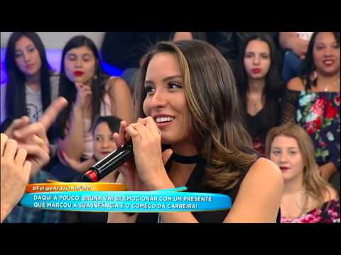 Bruna Siqueira canta ao lado de Felipe Araújo no palco do Hora do Faro