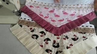 Pano de Prato Com Barrado de Flamingos e Babado em Bico