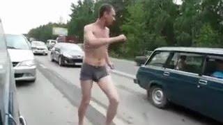 Мужик танцует в пробке на трассе