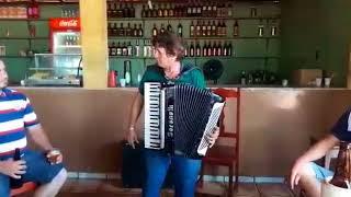 Melhor Sanfoneiro do Brasil Chico cabeludo  tocando duas músicas em uma só vez