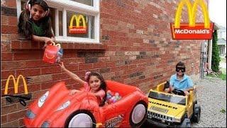 Heidi e Zidane brincam Drive Thru com a carros de brinquedo Power Wheels 🚘 🚗