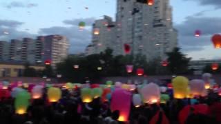 видео 5 причин запустить небесные фонарики на свадьбе