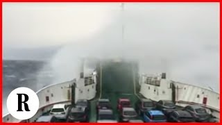 Messina, le onde travolgono il traghetto: il video girato a bordo della nave