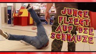 JUNGE FLIEGT AUF DIE SCHNAUZE !!! PRANK
