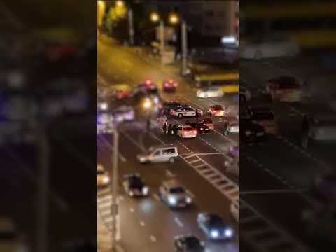 24 Канал: Люди на машині збивають силовиків