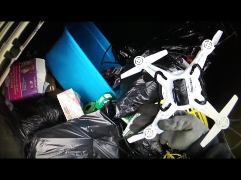 Dumpster Diving And Chased By An Stupid Found Nice Stuff