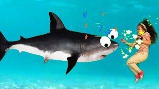 SURI VS A UN TIBURON GIGANTE PARA SALVAR A SUS AMIGOS* |SURI TV| Suri saves Babies From a Shark