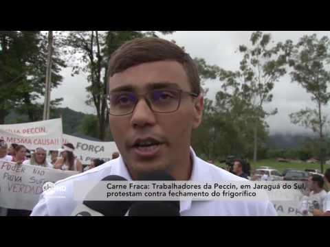 Trabalhadores da Peccin, em Jaraguá do Sul, protestam contra fechamento de frigorífero