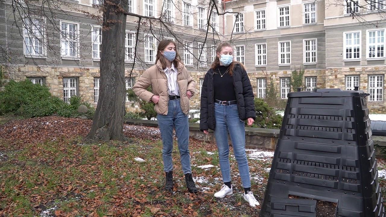 Náhledový obrázek videa 'PROHLÍDKA ŠKOLNÍ ZAHRADY'