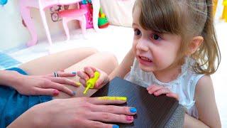 Eva juega en un salón de belleza con su madre. Diversión familiar. Juguetes divertidos para niños.