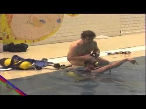 Thiếu nữ khỏa thân dưới bể bơi