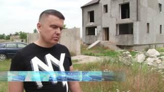 Симферополец демонтирует дом на самозахвате за трехкомнатную квартиру