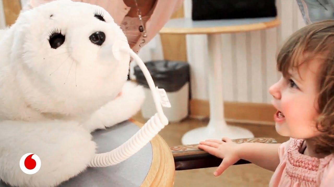 El bebé foca robótico que ayuda a tratar a las personas con autismo