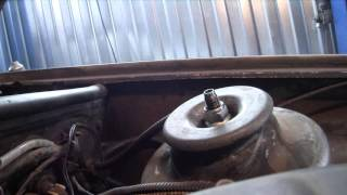 Безопасное откручивание верхней гайки крепления стойки передней подвески к кузову