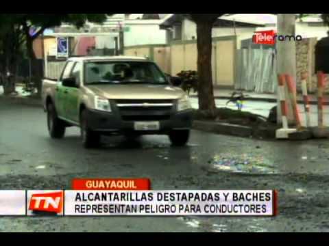 Alcantarillas destapadas y baches representan peligro para conductores