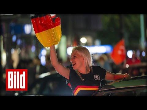 EM 2016: Autokorso nach Italien-Spiel in Berlin  - Freibier vom BILD-Truck