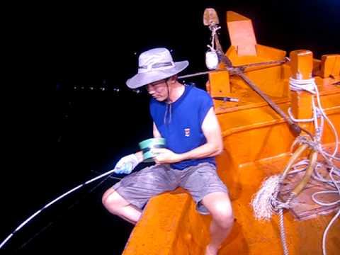 Hùng đang câu mực đáy ( mực lớn sống nhiều dưới đái biển Phú Quốc)