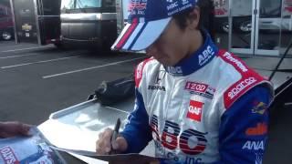 優勝後のパドック内にて、ファンにサインと写真撮影に応じる琢磨選手で...