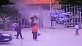 شاهد.. ماذا حدث لطفل رمى الألعاب النارية في المجاري؟