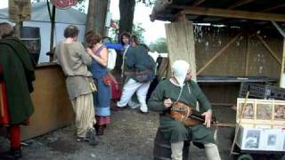 музыкант на средневековом празднике. Burg Herzberg 2010