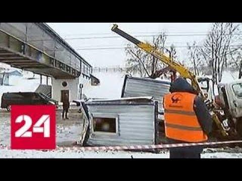Автокран зацепил стрелой пешеходный мост на юго-западе Москвы - Россия 24
