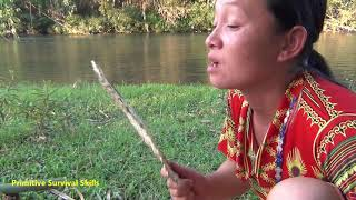 Primitive Girl Survival In The Forest Meet Aboriginal Guy - Survival Skills Cooking Fish Delicious