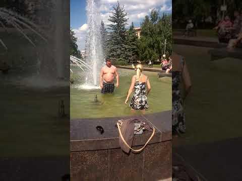 купание в фонтанекупание в фонтане