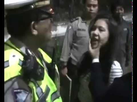 [HEBOH] Gadis cantik ini melawan polisi sampai kelihatan dalemannya