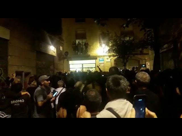 Ciudadanos cantan 'L'Estaca' durante el recuento en el Colegio Cervantes de Barcelona en el 1-O